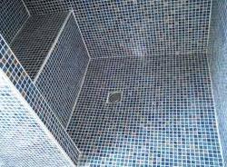douche italienne carrelage mosaique avec banc